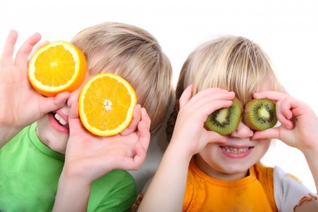 Barn med frukt